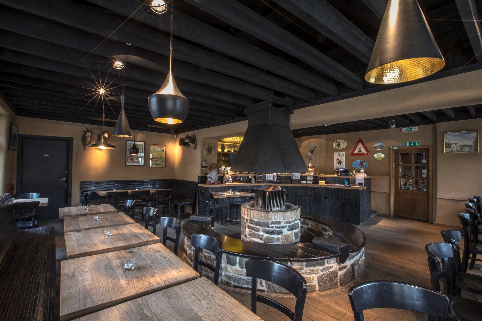 Installez-vous confortablement à la taverne de la Brasserie d'Achouffe