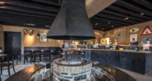 Le feu de bois au centre de la salle de la taverne de la Brasserie d'Achouffe