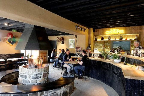 Un moment chaleureux à la Taverne de la Brasserie d'Achouffe