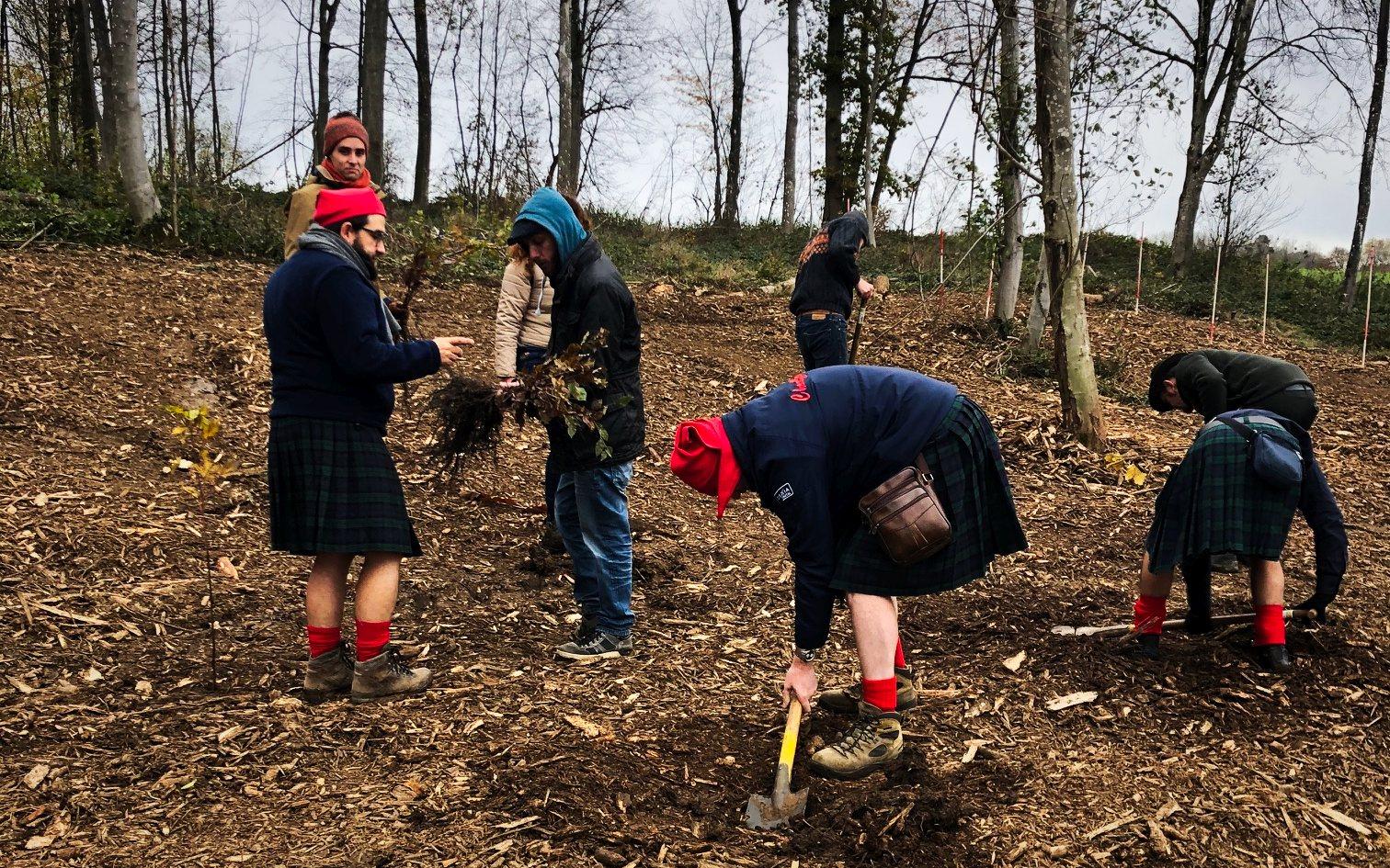 Un CHOUFFARD en train de planter un arbre