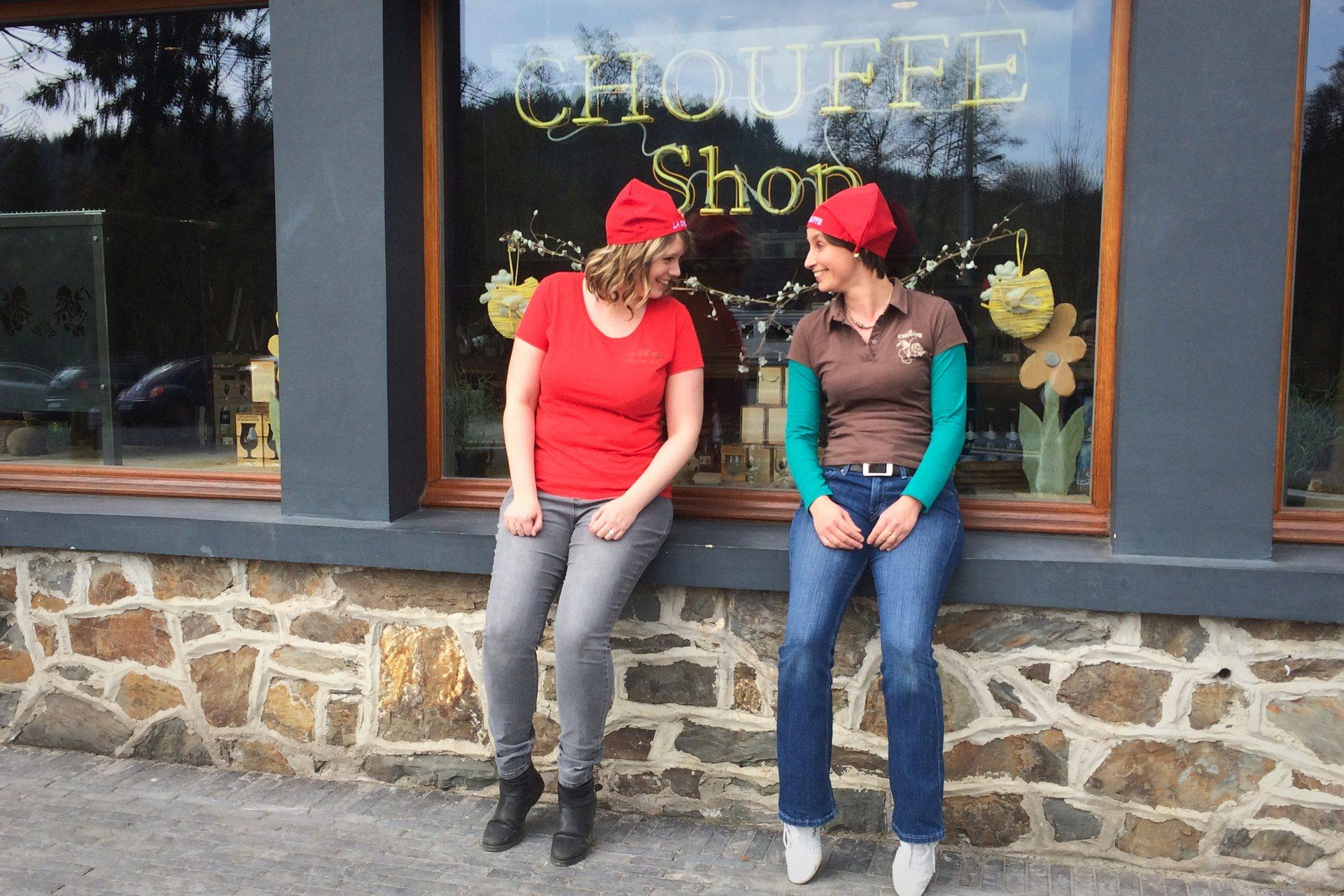 Laetitia et Stéphanie devant le CHOUFFE-Shop