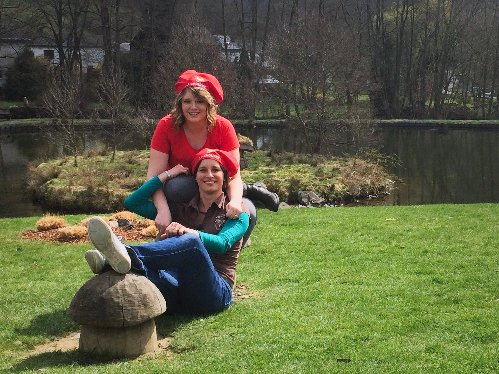 Laetitia et Stéphanie du CHOUFFE-Shop devant le lac