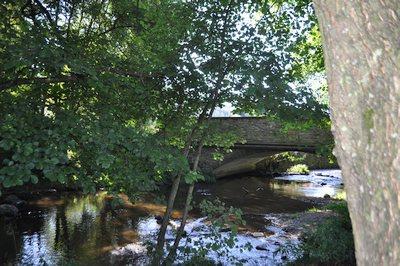 Rivière et pont près d'Achouffe